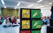 Im Parcours im Rosenacker-Schulhaus zum Theaterstück wird den Kindern anschaulich das Thema Ernährung vermittelt. (Bild: Jil Lohse)