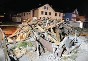 Zügig wurde am Montagabend das alte Stationsgebäude in Räfis-Burgerau abgerissen. (Bilder: Hansruedi Rohrer)