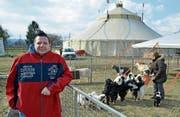 Zirkusdirektor Oliver Skreinig bei den Aussengehegen für die Ziegen und Hunde von Tiertrainerin Josephine Igen. (Bild: Mario Testa)