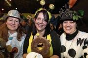 Sind bestens unterhalten mit den Schnitzelbänken: Jrene Freiesleben, Monika Grätzer und Monika Engeler. (Bilder: tgplus.ch/Chris Marty)