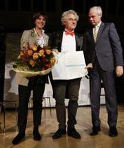Olli Hauenstein wird flankiert von Laudator Alfred Müller und Regierungsrätin Monika Knill, von der er den Kulturpreis des Kantons Thurgau entgegennehmen durfte. (Bild: Donato Caspari)