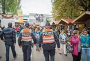 Häufiger als auf Velos setzt die Polizei auf Fussgänger-Patrouillen wie hier bei der Olma. (Bild: Urs Bucher (St. Gallen, 11. Oktober 2015))