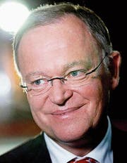 Kann weiterregieren: Ministerpräsident Stephan Weil von der SPD. (Bild: Friedemann Vogel/EPA)