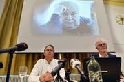 Buchautor Markus Zangger (links) und der Journalist Hugo Stamm (rechts) an der Vorstellung des Buches über den Missbrauch durch Jürg Jegge (im Hintergrund). (Bild: Keystone (Zürich, 4. April 2017))
