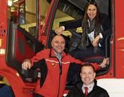 Ein grosser Tag für die Feuerwehr im Januar 2017: Kommandant Andreas Diethelm (links) und Stadträtin Melanie Zellweger mit Luca Branca von der Firma Rosenbauer vor dem neuen Tanklöschfahrzeug. (Bild: PD)