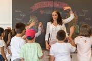 Mit einem Bewegungsspiel will Lehrerin Michelle Blatter alle Schüler richtig wachbringen. (Bild: Hanspeter Schiess)
