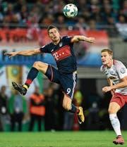 Robert Lewandowski (links) von Bayern München setzt sich im Zweikampf gegen Leipzigs Marcel Halstenberg durch. (Bild: Filip Singer/EPA)