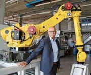 Roland Egli beim Roboter für Lindt und Sprüngli. (Bild: Marlen Hämmerli)