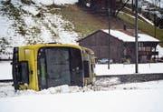 Links: Der Wind ist so stark, dass dieser Mann in Vevey am Genfersee von den hohen Wellen beinahe überrollt wird. Oben rechts: Auf der A1 bei Oensingen kippten mehrere Fahrzeuge um. Die Autobahn blieb über zwei Stunden gesperrt. Unten rechts: In Lenk wurde ein Zug der Montreux-Berner-Oberland-Bahn vom Wind aus den Gleisen gehoben. (Bilder: Laurent Gilliéron/EPA, Christian Merz/Keystone, Anthony Anex/Keystone)