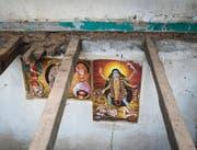 Religiöse hinduistische Wandbilder in einem vom Beben zerstörtem Wohnhaus. (Bild: Benjamin Manser (SRK / Benjamin Manser))