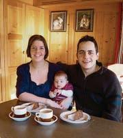 Die nächste Generation ist in der «Alpenrose» eingezogen: Die neuen Wirtsleute Anita und Markus Tobler-Kegel mit Töchterchen Jasmin. (Bild: rb)