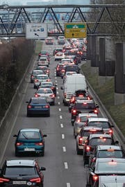 Die Schweizer Grenzwacht hält nicht viel vom Konstanzer Vorschlag, am Autobahnzoll eine zweite Fahrspur einzurichten. Nun liegt der Vorschlag beim Schweizer Bundesamt für Strassen. (Bild: Jörg-Peter Rau/Archivbild)