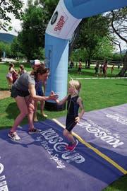 Die Kinder wurden beim Ziel von Olympiasiegerin Nicola Spirig in Empfang genommen. (Bild: PD)