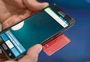 Um den Swisspass überprüfen zu können, ist ein spezielles Smartphone vonnöten. (Bild: GAETAN BALLY (KEYSTONE))