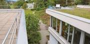 Ein Neubau westlich des Spitals wird als machbar erachtet. Die Thurvita als Betreiberin des östlich des Spitals gelegenen Pflegeheims Fürstenau begrüsst den Standort. Das Personalhaus im Hintergrund müsste weichen. (Bild: Hans Suter)