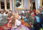 Die verkleidete 5. Klasse aus Weinfelden hört im Napoleonmuseum das erste Kapitel der Fortsetzungsgeschichte von Daniel Badraun. (Bild: Andrea Stalder)