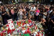 Menschen in Barcelona stehen am Tag nach dem Terror-Anschlag zusammen in Gedenken an die 14 Todesopfer und 130 Verletzten. (Bild: QUIQUE GARCIA (EPA))