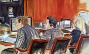 Die Gerichtsskizze zeigt Mehmet Hakan Atilla (Mitte) gestern vor dem New Yorker Gericht. (Bild: AP)