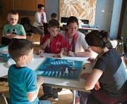 Die Kinder erhielten beim Lernen der neuen Spiele Unterstützung von Erwachsenen. (Bild: PD)