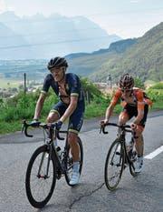 Larry Warbasse (links) auf dem Weg zu seinem ersten Sieg als Profi überhaupt. (Bild: Gian Ehrenzeller/KEY)