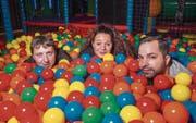 Warten auf Kinder: Die drei Geschäftsführer der Spielewelt (von links) Hugo Hug, Sheila und Samuel Wenger. (Bild: Andrea Stalder)