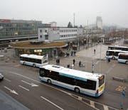 Busse kommen und fahren wieder weg. Zurück bleibt am Wiler Bahnhof oftmals das ungute Gefühl. (Bilder: Simon Dudle)