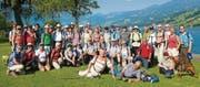 Kurz vor dem Ziel des Marsches nach Meiringen: Die Wandergruppe mit OK-Präsident Bernhard Koch und Gesamtleiter Markus Vogt (vorne) posiert am Ufer des Sarnersees in Sachseln. (Bild: Mario Testa)