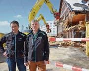 Michael Wehrli, Technischer Betriebsleiter bei der Säntis-Schwebebahn AG, und Geschäftsführer Bruno Vattioni verfolgen den Start der Abbrucharbeiten. Vattioni freut sich auf die baldige Alpwiese. Wehrli ist einfach nur froh, dass die Haustechnik bis zum bitteren Ende durchhielt. (Bild: rf)