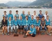 Die Turnerinnen des Damenturnvereins Nesslau erholen sich am Ufer des Sees von ihrer Wanderung. (Bild: PD)