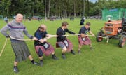 In der Plauschkategorie gehört an den Highlandgames auch die Disziplin Traktorziehen zum Programm der Teilnehmer in ihren Schottenröcken. (Bild: pd)