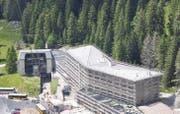 Drei Firmen standen für den Dachabschluss beim Hotel Schwägalp im Einsatz. (Bild: pd)