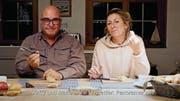 Andy Hostettler und seine Frau Marie-Anne zeigen das Frühstücksmesser. (Bild: PD/Screenshot Youtube)