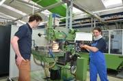 Beim Industriepraktikum lernen junge Erwachsene das nötige Rüstzeug für ein Ingenieurstudium an einer Fachhochschule. Sechs Firmen aus der erweiterten Region bieten in Korporation mit der NTB ein solches Praktikum an. (Bild: Alexandra Gächter)