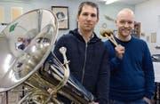Im Probelokal an der Oberdorfstrasse: Valentin Hättenschwiler, Präsident der Musikgesellschaft Brass Band Hauptwil, und Thomas Gmünder, Leiter der Jugendmusikschule Arbon-Horn. (Bild: Georg Stelzner)