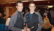 Die neuen Ehrenmitglieder Jörg Schmid (links) und Sämi Eugster (rechts) im neuen Vereinstrainer. (Bild: Martin Rechsteiner)