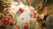 Bergbauingenieur Volker Wezig präsentiert im Versuchsstollen eine Tunnelbohrmaschine, wie sie in Rorschach zum Einsatz kommt. (Bild: Michel Canonica)