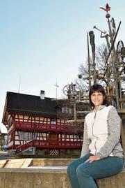 Tabea Kunz sitzt auf dem Rand des Spoerlé-Brunnens. Sie hat ihren Arbeitsplatz im vielleicht schönsten Gebäude der Stadt – im alten evangelischen Pfarrhaus an der Bahnhofstrasse. (Bild: Manuel Nagel)