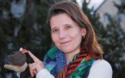 Präsidentin Manuela Bischof mit einem Raben aus Ton. Im Oktober steht im Verein ein Töpfer-Kurs auf dem Programm. (Bild: Roland P. Poschung)