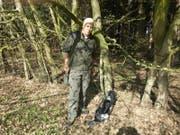 Peter Weigelt mit Hund Judy in seinem Jagdrevier: Der Präsident des Jägervereins Hubertus will gegen Zäune im Wald vorgehen. (Bild: Julia Nehmiz)