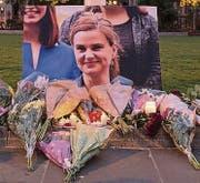 Bild und Blumen für das Opfer. (Bild: epa)