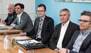 Haben über die Energiestrategie 2050 des Bundes diskutiert (v.l.): Armin Menzi, Thomas Gemperle (beide kontra), Moderator Dominik Diezi, Josef Gemperle und Daniel Eugster (beide pro). (Bild: Christof Lampart)