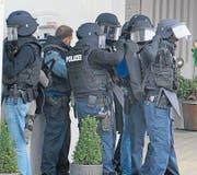 Die Interventionsgruppe Säntis rüstet sich für ihren Einsatz nach dem Postüberfall in Gonten. (Bild: Roger Fuchs)