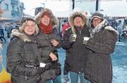 Aufwärmen: Im Schneetreiben genehmigen sich vier Marktbesucherinnen Heissgetränke. (Bild: Kurt Lichtensteiger)