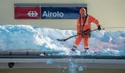 Viel Schnee am Gotthard in Airolo: Züge und auch Ersatzbusse wurden gestrichen. (Bild: Pablo Gianinazzi/Ti-Press ( 23. Januar 2018))
