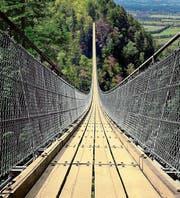 Eine ähnliche Hängebrücke soll zwischen Grub und dem Gebiet Waldhus-Grünau entstehen, sofern die Stimmbevölkerung der Kreditvorlage zustimmt. (Bild: Nils Vollmar)