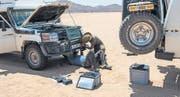 Mitten in der Wüste muss der Kuhfänger repariert werden. (Bild: matembezi.ch)