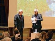Angelus Hux und Samuel Zurbuchen präsentieren im Bürgersaal ihr neues Buch «Frauenfeld – einst und heute» (Bild: Christian Ruh)