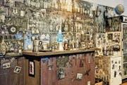 Eine Berliner Bar, die fast ganz in Plastilin «eingekleidet» ist: «Café Deutschland International» von Henrik Jacob prägt den Ausstellungsraum. (Bild: Vanessa Püntener)