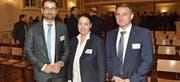Arbeitgeberpräsident Thomas de Martin, Regierungspräsidentin Carmen Haag und Mowag-Geschäftsführer Oliver Dürr posieren im Sirnacher Dreitannensaal. (Bild: Christoph Heer)