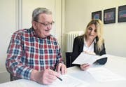 Schulpfleger Elmar Juchli und Schulpräsidentin Corinna Pasche-Strasser besprechen Details des Budgets. (Bild: Rita Kohn)